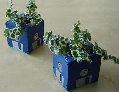 Macetas recicladas una opci n en el jard n macetas flor for Objetos decoracion jardin