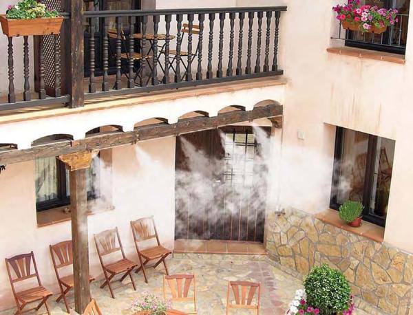Ejemplo del uso de un sistema de nebulización en un espacio abierto.